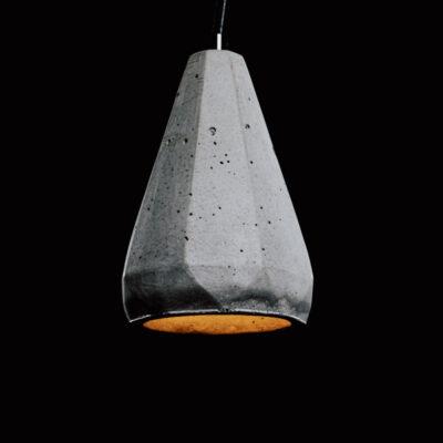 Lampa z betonu BetON L3 idealnie pasuje do nowoczesnych wnętrz. Jest ozdobiona czarnym, prostym przewodem i charakterystycznymi śladami ręcznego wykonania: pęcherzami powietrza i nierówności. Dzięki temu lampa betonowa jest niepowtarzalna i bardzo oryginalna.