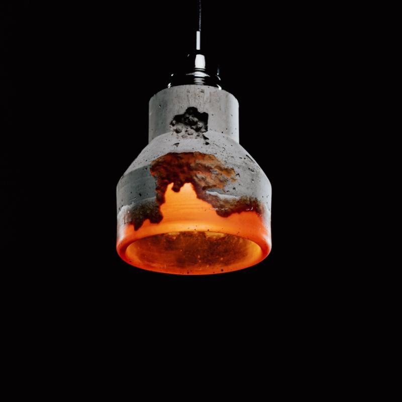 Lampa z betonu dekoracyjnego i żywicy. Ozdobiona czarną podsufitką. Lampa betonowa ma charakterystyczne elementy dekoracyjne w postaci śladów odlewu.