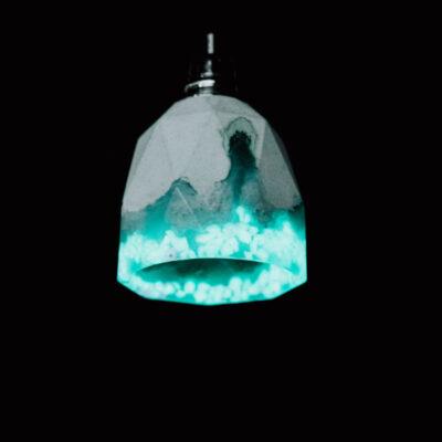 Lampa z betonu dekoracyjnego o heksagonalnym kształcie. Dolna część lampy betonowej jest ozdobiona turkusową żywicą i specjalnym kruszywem. Podsufitka w kolorze czarnym.